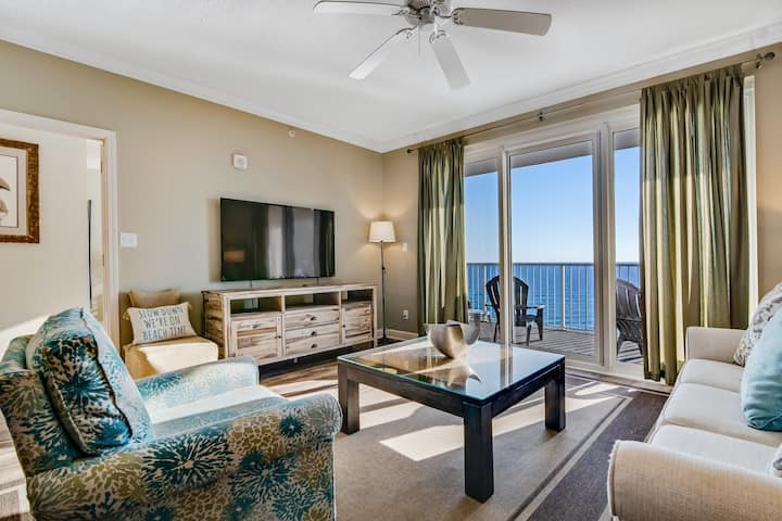 Tenth floor oceanfront condo with shared outdoor pool and high-speed WiFi!