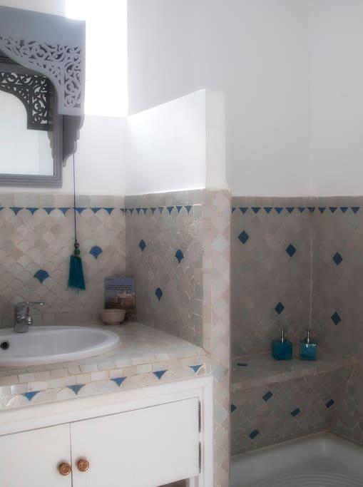 Chambre double lumineuse salle d 39 eaux privative for Chambre 13 maroc