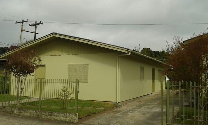 CASA NO CENTRO DE CANELA/RS