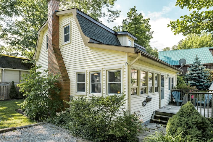 Pet Friendly, Dreamweaver Cottage with fireplace