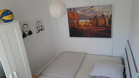 Ein helles, schön angerichtetes WG- Zimmer