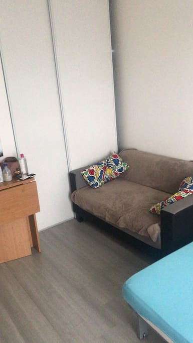 Studio de 19m2 . Juste en face du RER C .A 5minute de Paris . Cuisine équipée , salle de bain . Dans résidence très calme et sécurisé . Pour plus de photo . Privé.