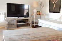 Sala de estar con zona de TV