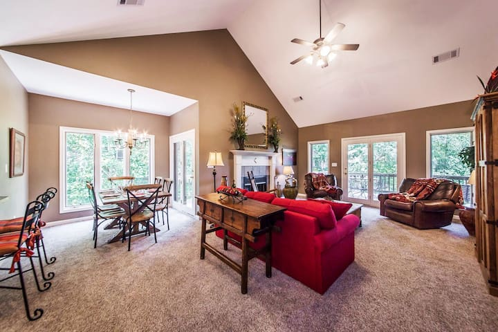 Large great room with 20' vaulted ceiling