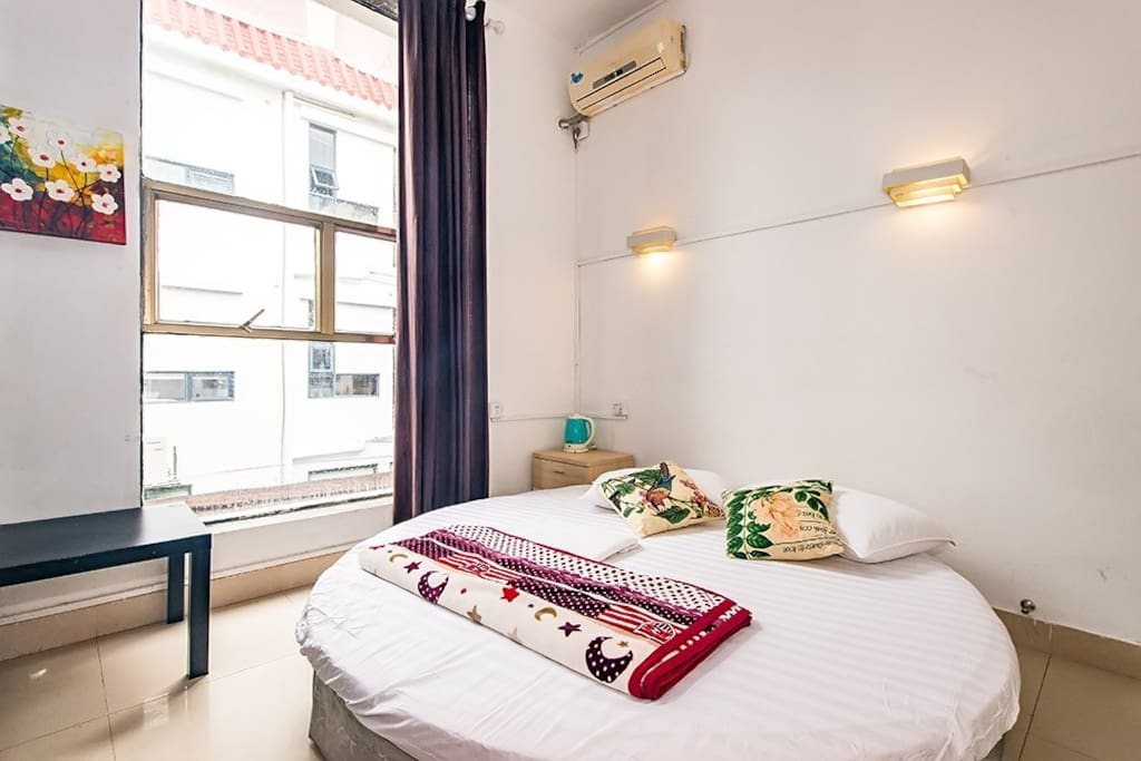 房间有大窗户,对于房间的通风跟外部景观都可以进行欣赏。
