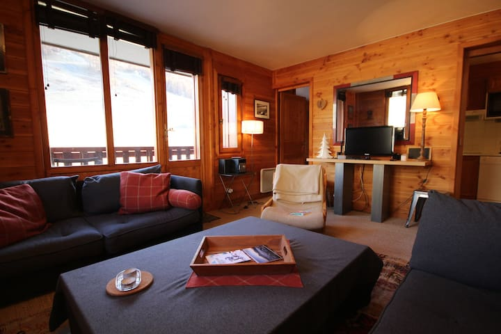 RPP323 - Comfortable and spacious 4 bedroom apartment for 8 people located in Val d'Isère, ski-in/ski-out, 500m away from town centre, free shuttle bus stop close to the residence