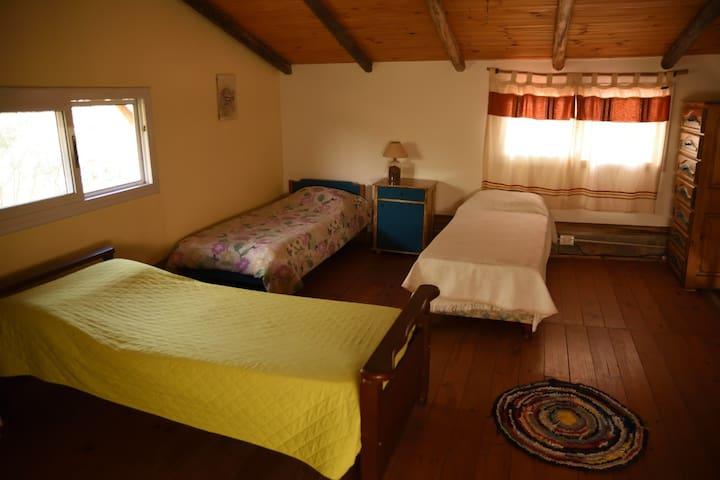 Habitación en planta alta, con tres camitas individuales para compartir las experiencias del día, las anécdotas, los recuerdos y charlar hasta quedarse dormido!