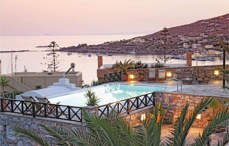 Holiday cottage with 4 bedrooms on 142m² in Finikas Syros Island