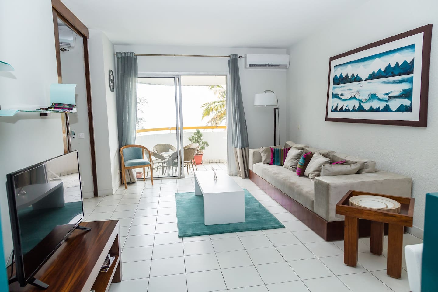 Bright and sunny living room: Smart TV, TV Cable (Canal H), Balcony, Large sofa