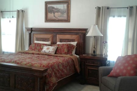 The Silver Dollar Room - Glen Rose - Bed & Breakfast