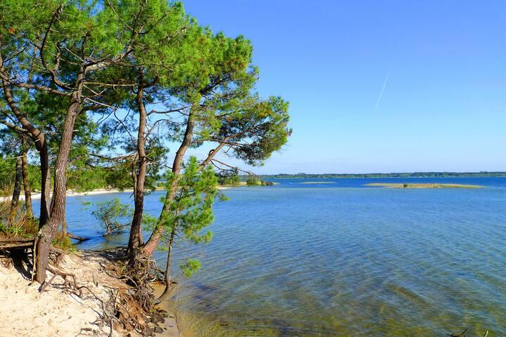 Le lagon et les plages aux eaux transparentes du lac.