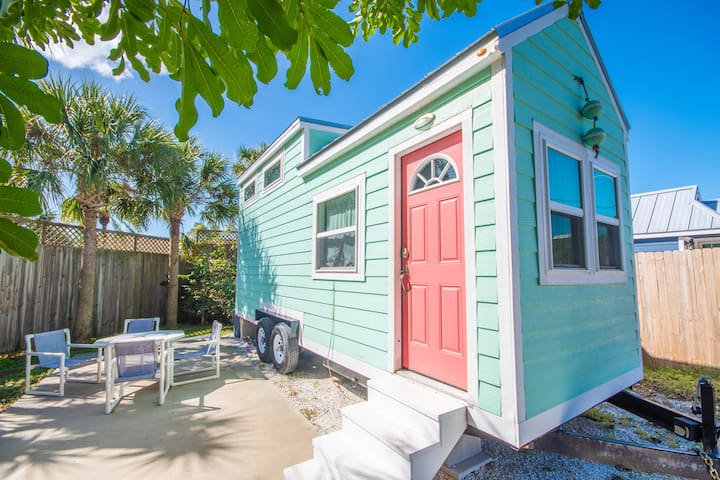 Tiny House Flamingo- Cute and vibrant with Free WiFi