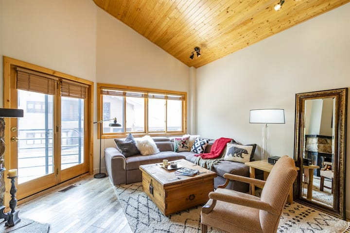 Fantastic 1 bed condo steps from Deer Valley Skiing. Cozy Fire, Great Views.