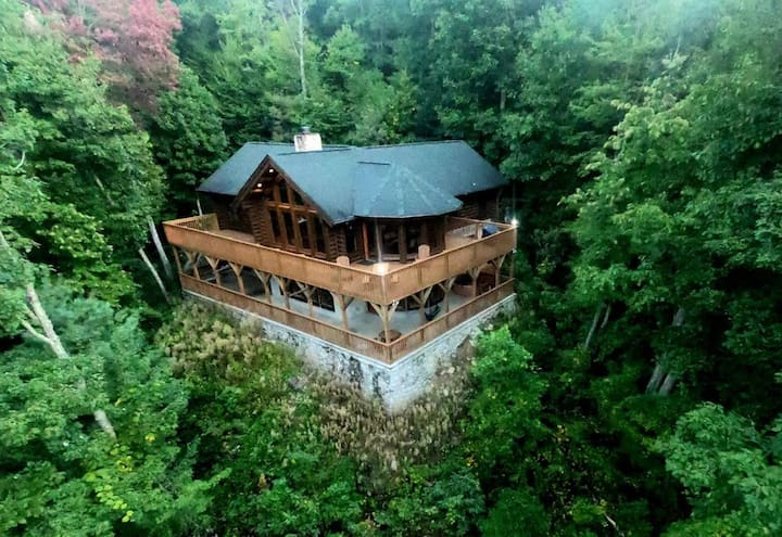 Log Home with view, Sauna & Hot Tub /The Love Nest