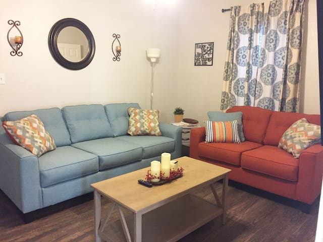 Uptown Cottage - Cozy and minutes from DT St. Pete