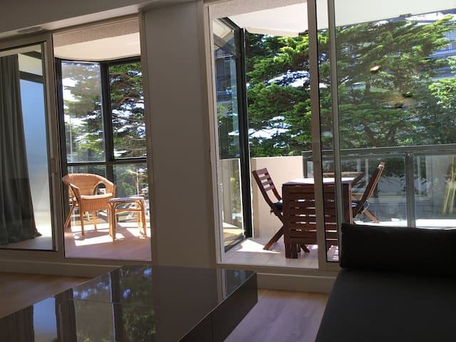 Cuisine-salon avec vue sur loggia et terrasse
