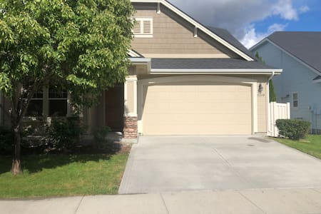 Spacious Private Bedroom Near Airport and Boise