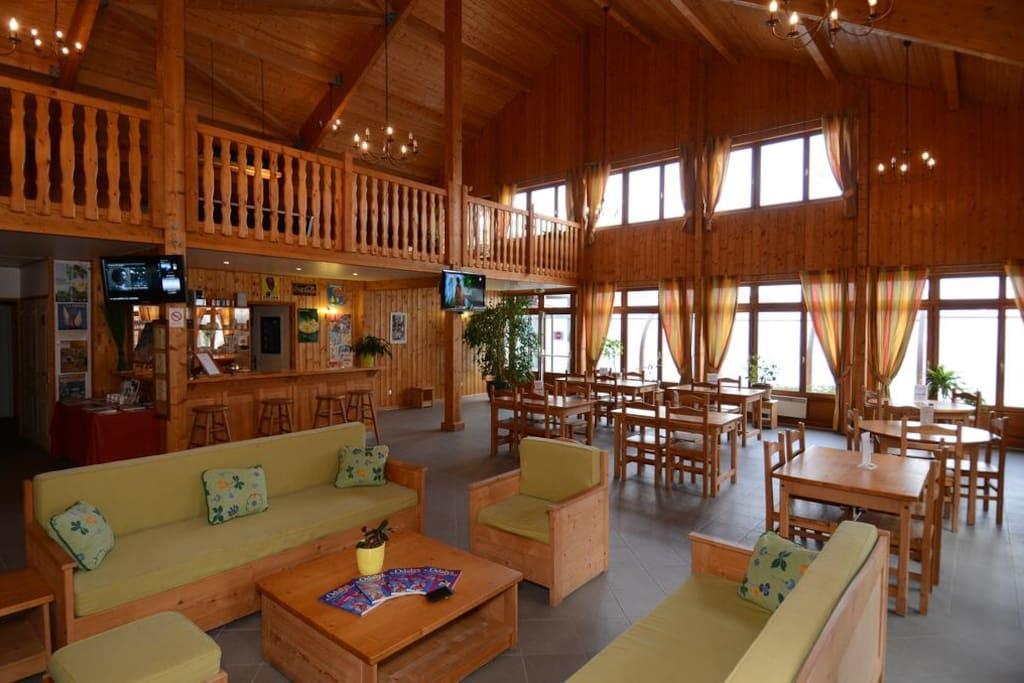 La salle de détente avec à l'étage une salle de fitness, une table de billard et un coin lecture
