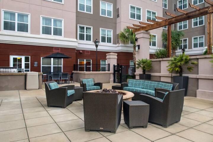 Two Modern Units, Pool, Breakfast, Parking