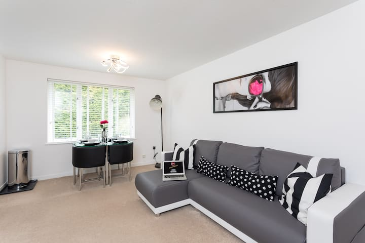 ❤Park View- Close to East Surrey Hospital- Self contained 2 bed ✈