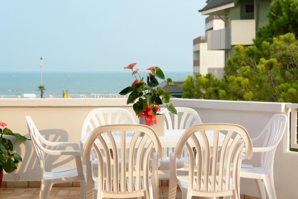 grande terrazzo con vista diretta sul mare