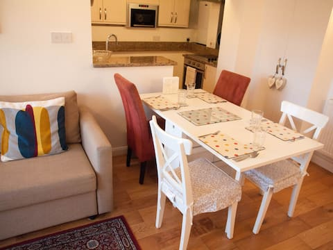 Quiet Apartment Close to Sutton And London Trains!