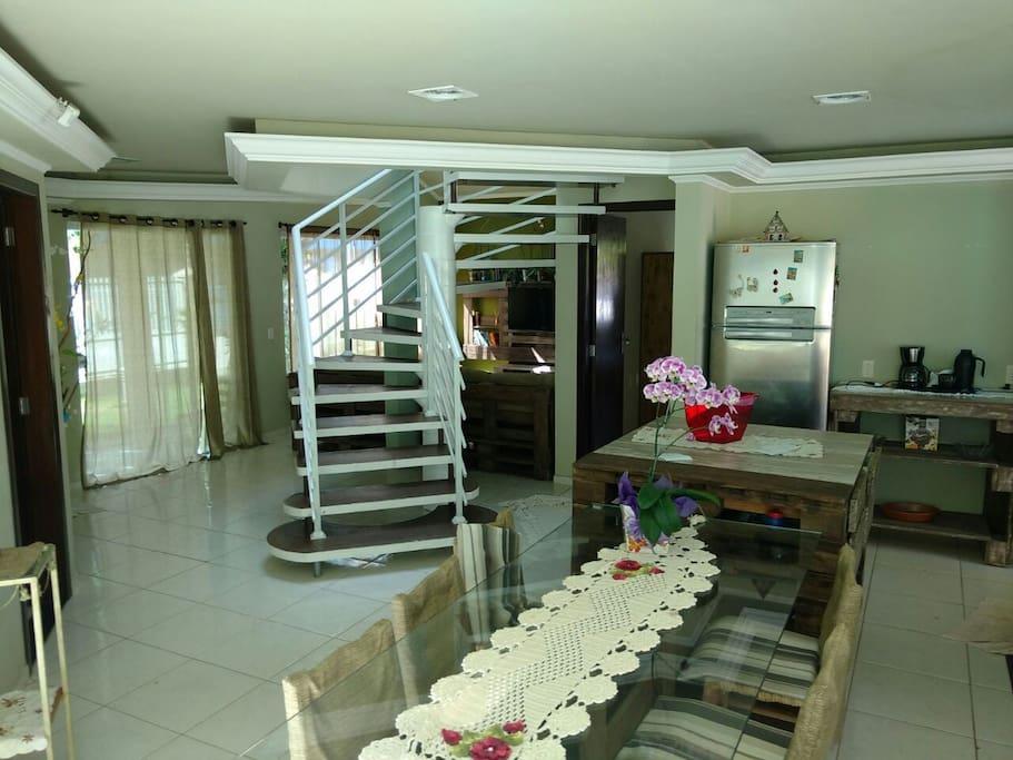 Vista da cozinha para a sala de TV