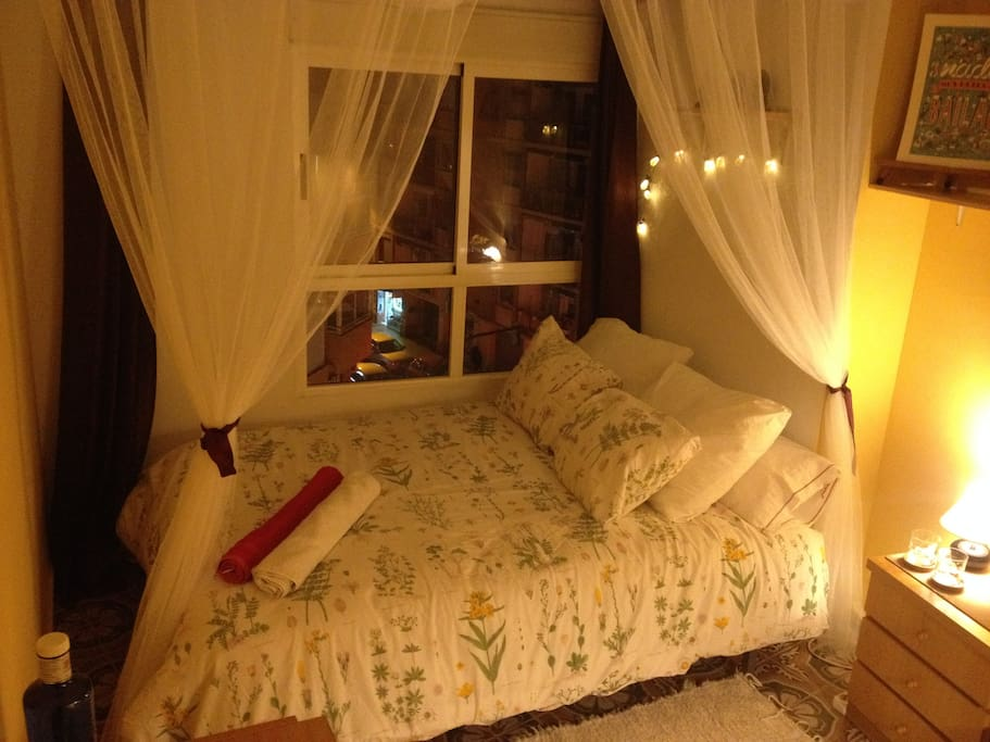 Dormitorio doble por la noche