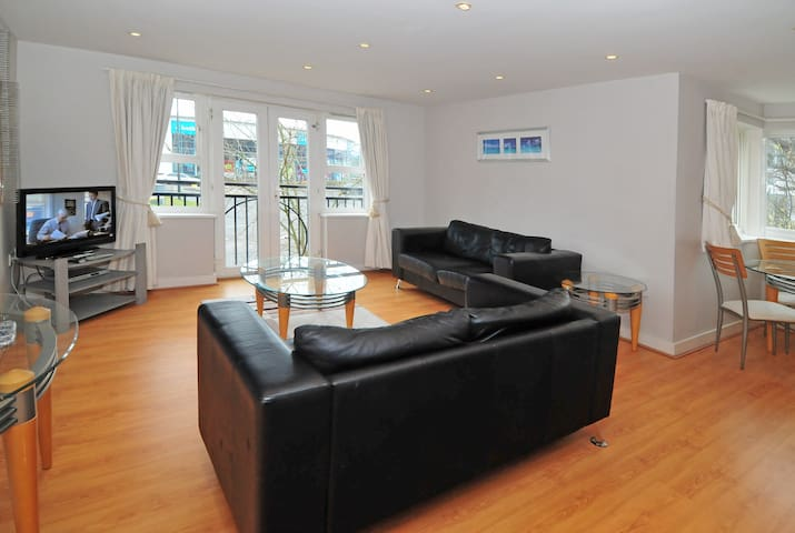 Luxuriously furnished Town Centre apartment (ec13) - Crawley - Apartment