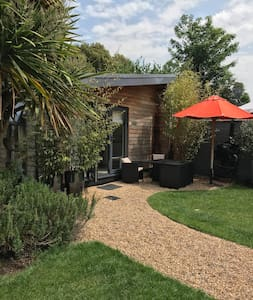 Self Contained Modern Garden Studio- close to city