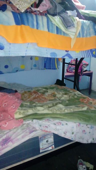 La habitacion es un camarote con dos buenos colchones , Como pueden ver, puede dormir. Hasta dos personas.