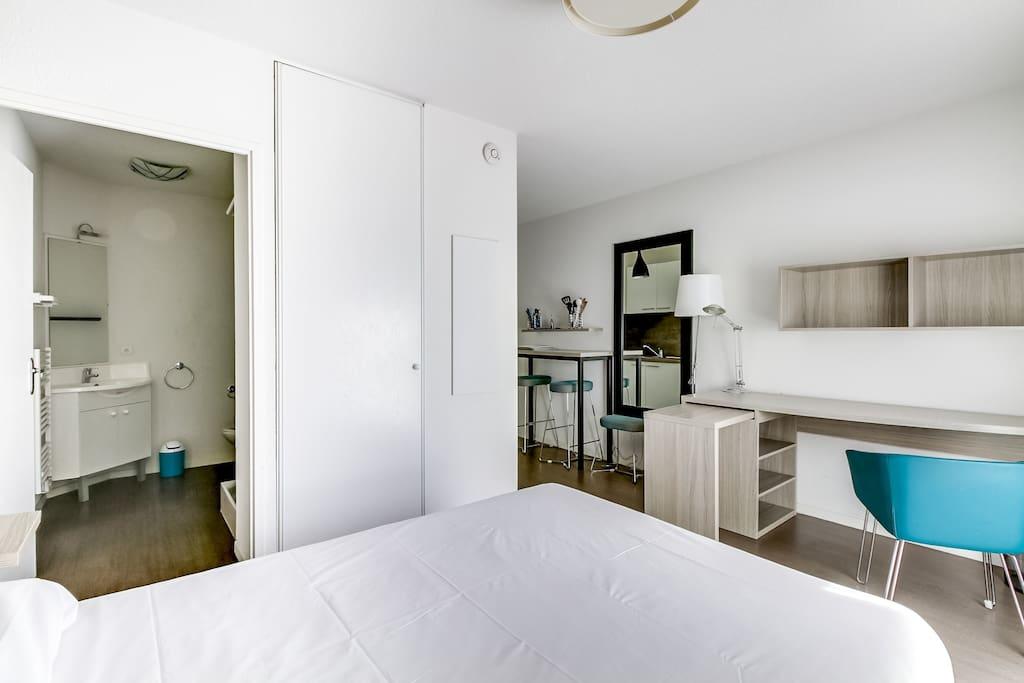 Chambre avec lit en 140 cm (2 pers.) avec bureau
