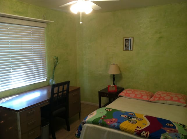 Large bedroom with queen size bed - Rowland Heights - Haus