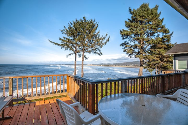 Beachfront house with sprawling ocean views near Tillamook Head!