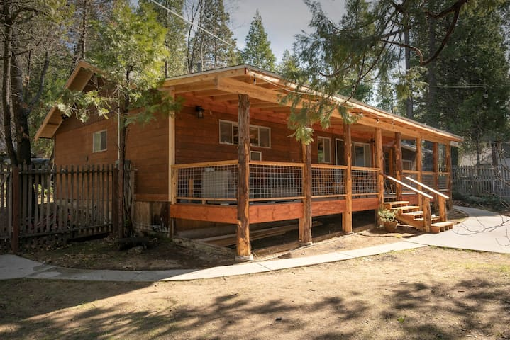 Bass Lake / Yosemite rustic cabin on Falls Beach