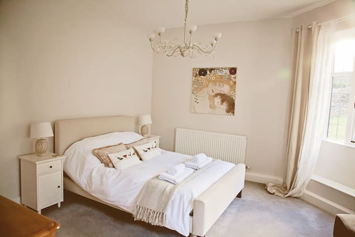 Kingsize bed with Egyptian cotton bedding