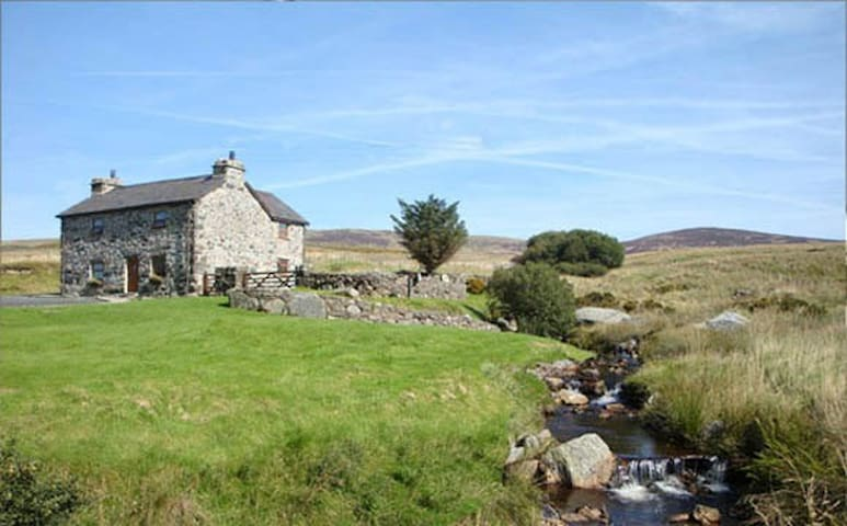 Rural, Idyllic Cottage in 9.5 acres with HOT TUB