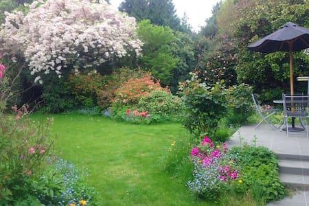 Secret Garden Beautiful & Cosy 5mins to airport