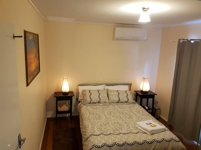 Cosy and Comfortable Double Bedroom - Underwood - House