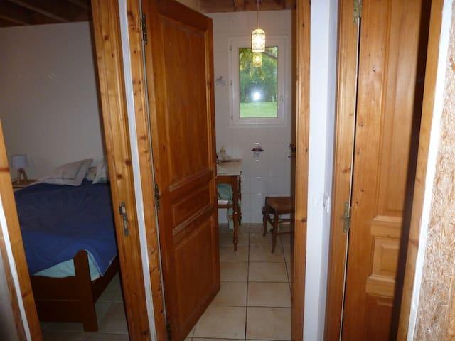 L'ensemble, depuis le vestibule de la maison: à gauche, la chambre. En face, la salle de bain. A droite, la porte des wc.