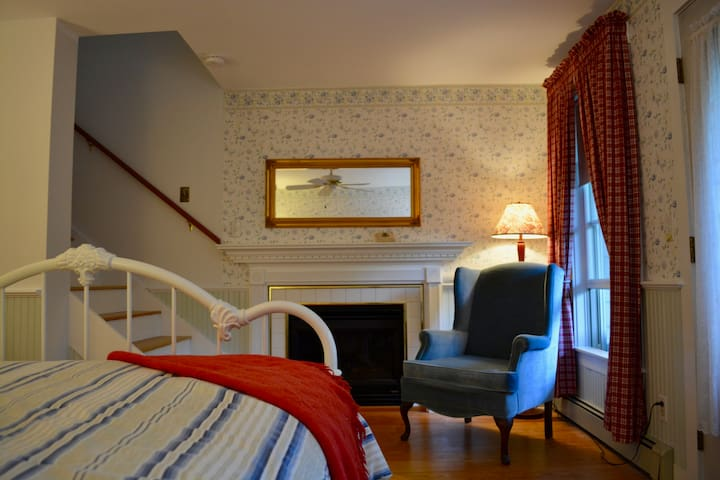 Cottage Apartment: Victorian By Sea B&B (2pr.bath)