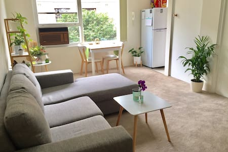 Light and Airy 1 Bedroom Apartment - Ashfield - Pis