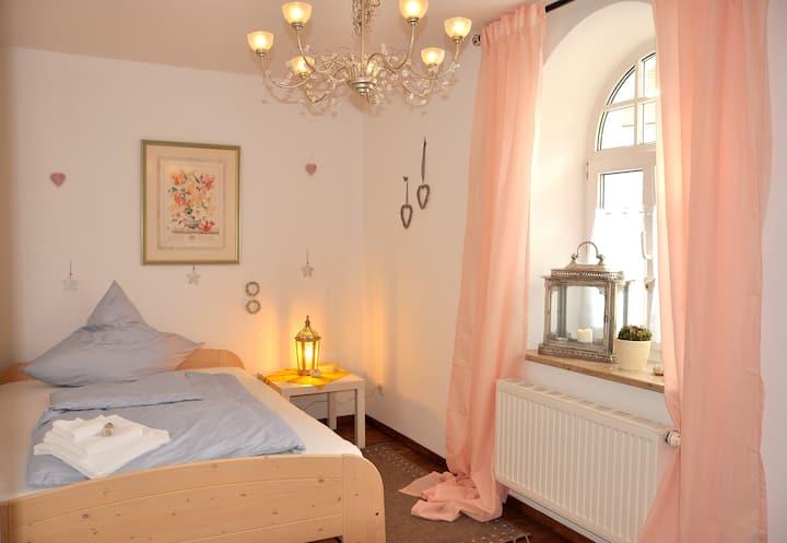 Gemütliches Einzelzimmer mit großem Einzelbett