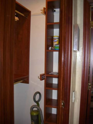 walk in closet area with shelving