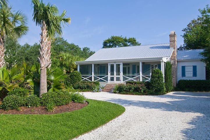 Lovely Waterfront Cottage 2 miles to Downtown - Charleston - House