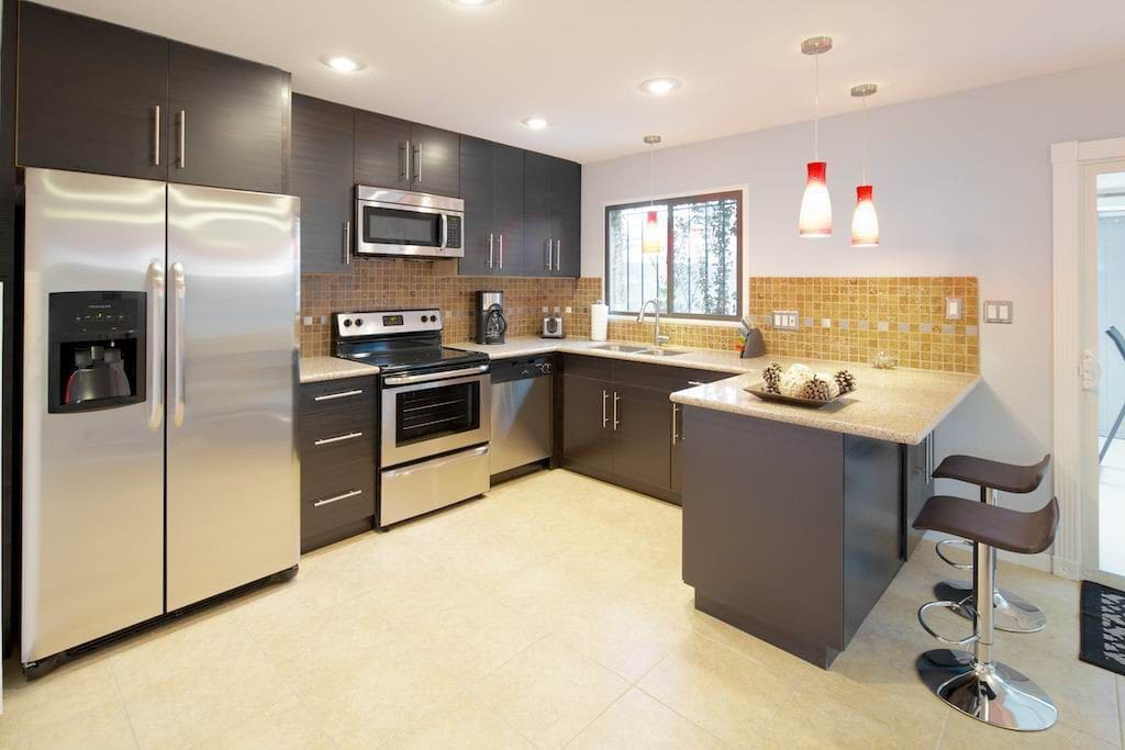 Large Fully remodeled Kitchen with Stainless Steel Appliances and granite countertops. Fully equipped kitchen.