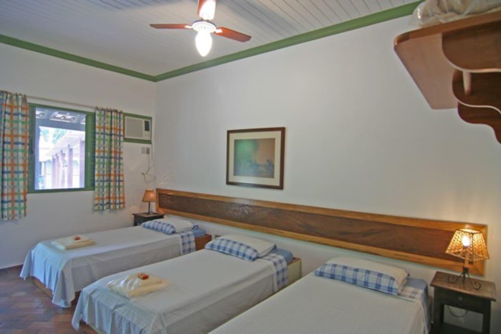 Quarto para 03 pessoas, com banheiro privativo, ar-condicionado e tela contra insetos