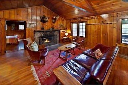 Creekside Knotty Pine 1930s Lodge o - Milford - Cabin