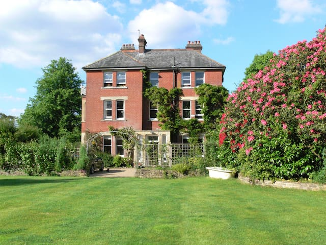 Victorian house, 7 bedrooms with 3 acres & tennis