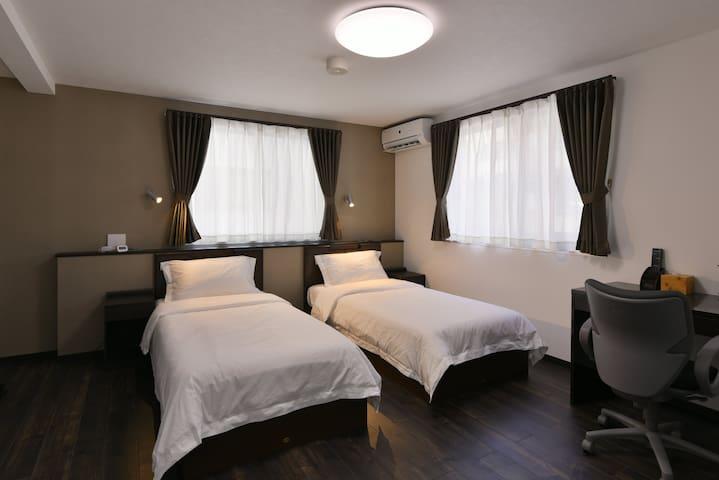 201号室・新宿区新大久保駅まで300m!コンビニ・飲食店多数あり。新しい旅館。